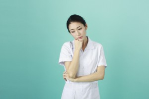 悩む看護師
